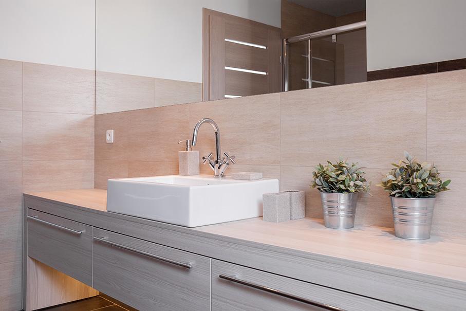 Badezimmer mit Marmor und Holz
